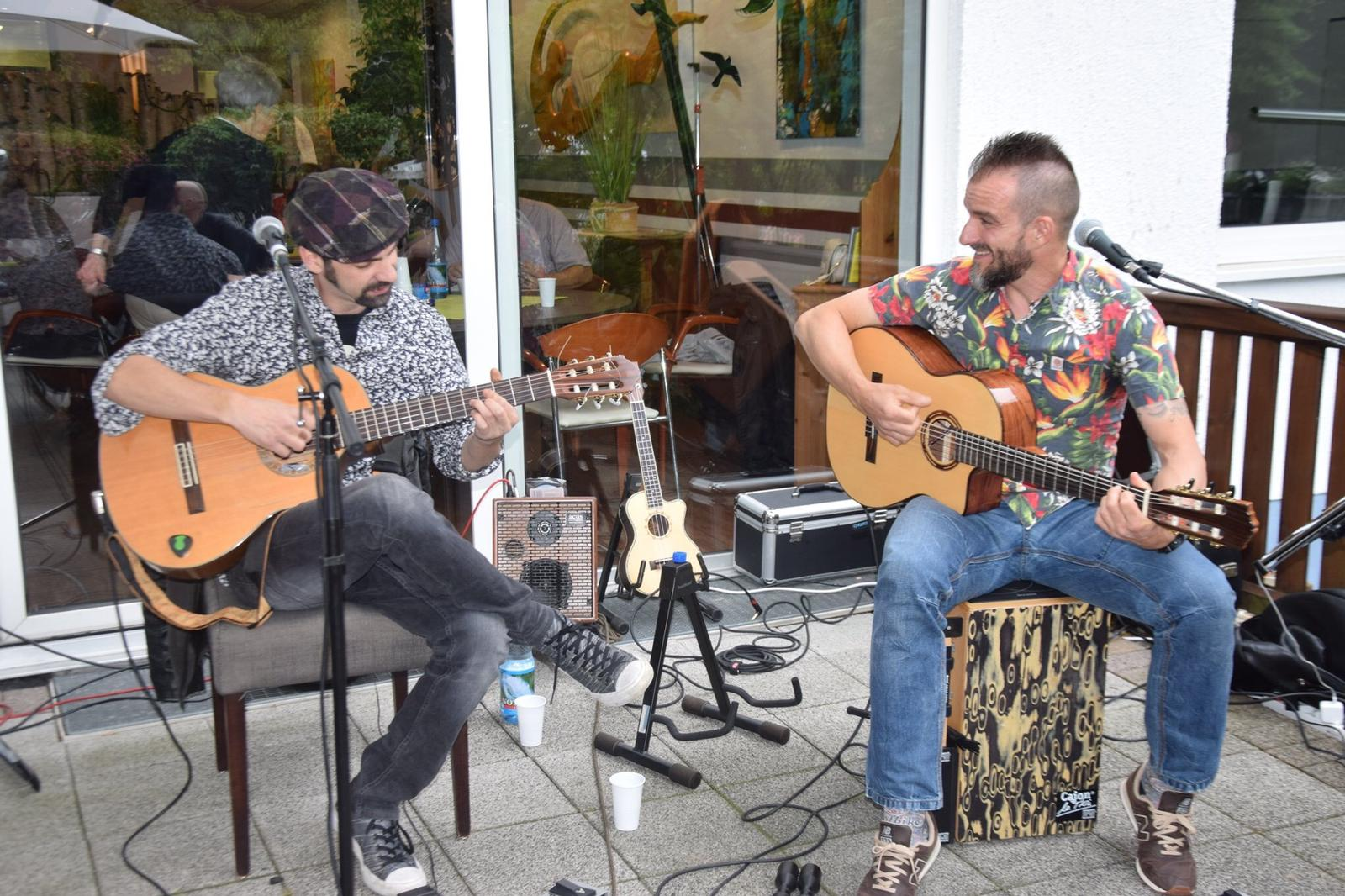 Duo Rumba Jam mit Gustavo und Raul spielt auf der Alleestraße